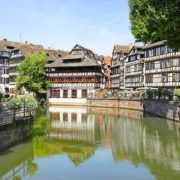 Partez à la découverte du quartier de la Petite France à Strasbourg en bateau électrique sans permis