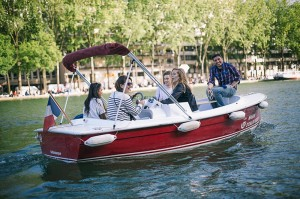 Amis sur un bateau sans permis