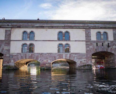 Vue du barrage Vauban à Strasbourg depuis un bateau électrique