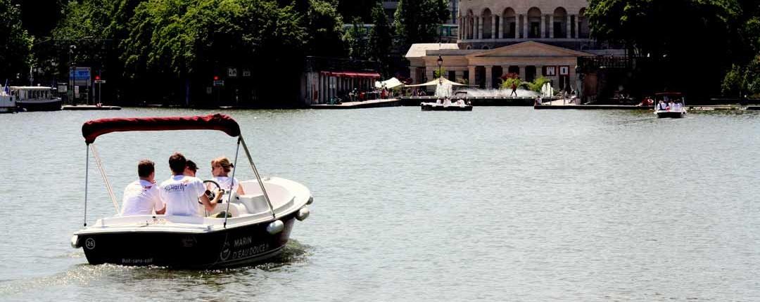 Sur le bassin de la Villette, un bateau Marin D'Eau Douce devant la Rotonde Ledoux