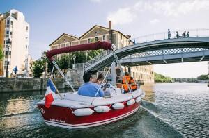 Bateau sans permis au pont de Crimée