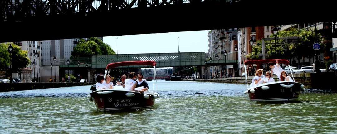Canal de l'Ourcq, 2 bateaux en compétition durant une chasse au trésor