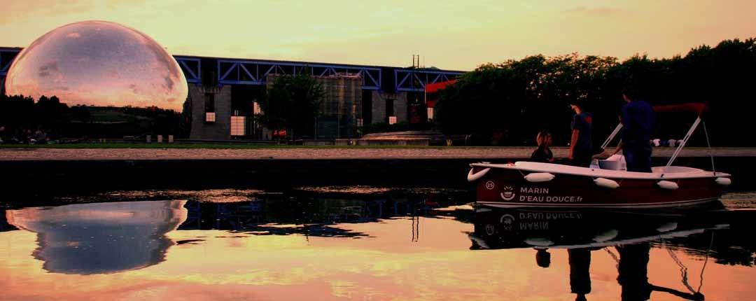 Un coucher de soleil sur les bateaux sans permis devant la Géode