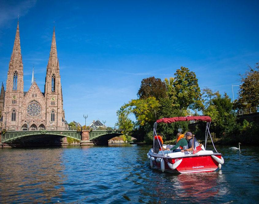 Balade en bateau électrique sur l'Ill et vue sur la cathédrale de Strasbourg