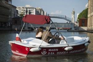 Couple romantique en bateau