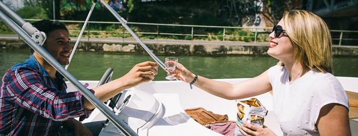 Couple trinquant dans un bateau
