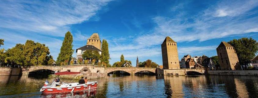 Découverte de la navigation en bateau sans permis sous les ponts couverts de la Petite France à Strasbourg