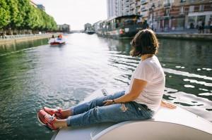 Fille en balade sur le canal de l'Ourcq