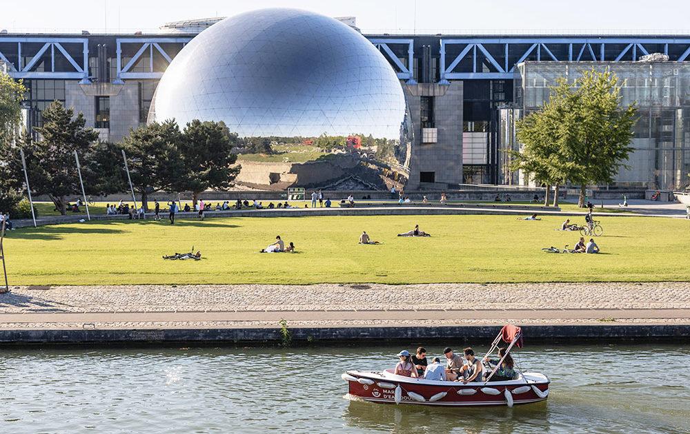 Activité culturelle sur le canal de l'Ourcq avec la Géode au parc de la Villette