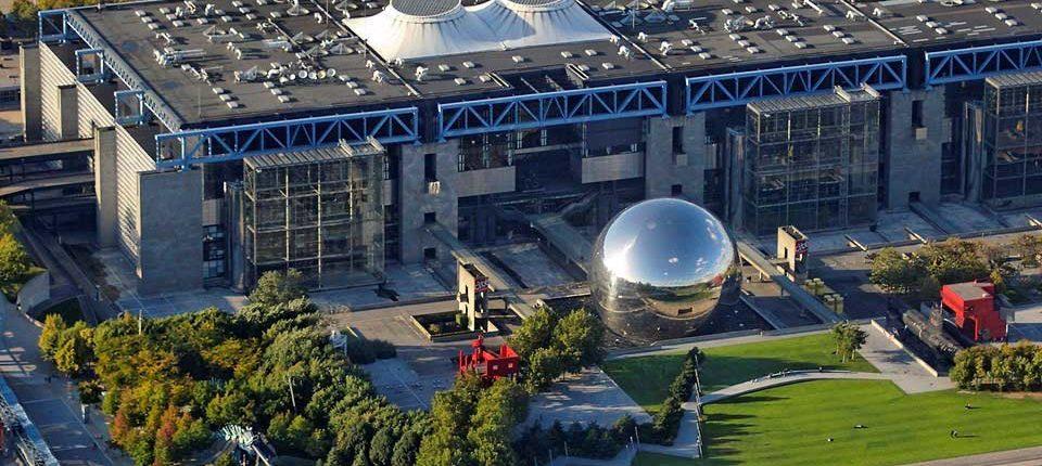 La Géode vue du ciel, avec la Cité des Sciences en arrière plan