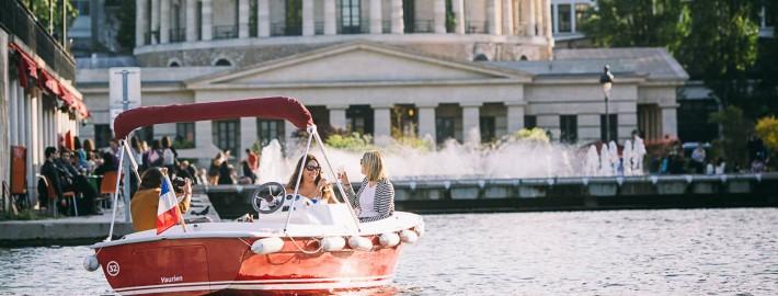 Louer un bateau électrique devant la Rotonde Villette