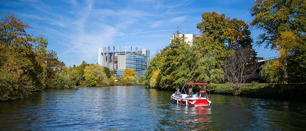 Navigation sur l'Ill en bateau électrique - Vue sur le Parlement européen de Strasbourg