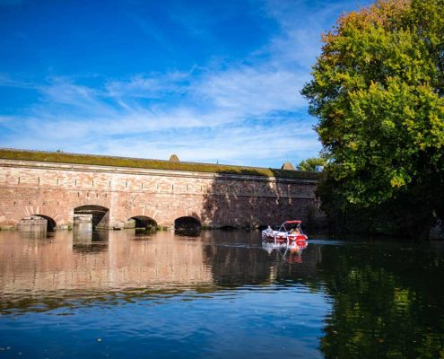 Naviguer le long du barrage Vaubanà Strasbourg avec un bateau electrique