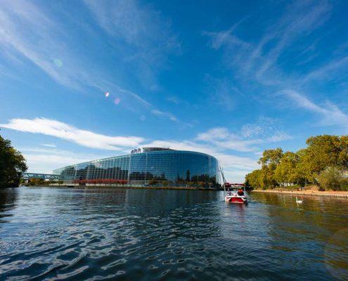 Naviguer sur l'Ill en bateau électrique - vue sur le parlement européen