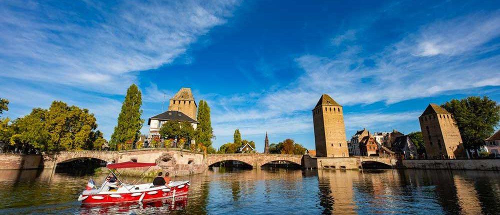Organisez une balade en famille en bateau électrique au départ des Ponts Couverts à Strasbourg