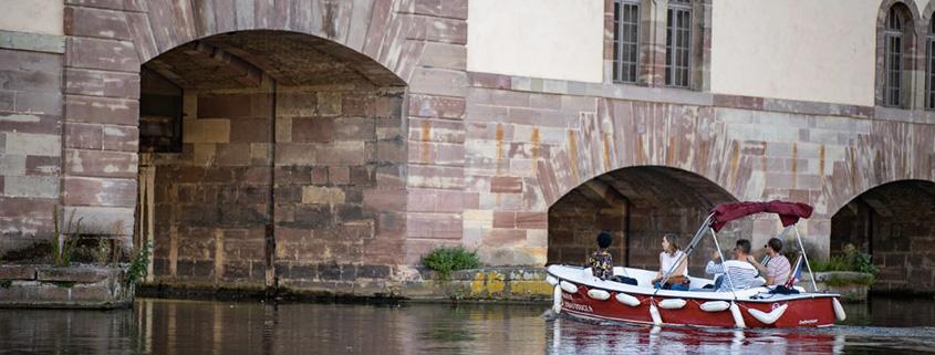 Passer sous le barrage Vauban restera un moment intense de votre balade à Strasbourg au coeur de la Petite France en bateau
