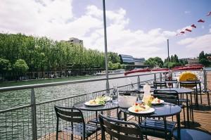 La terrasse flottante de Marin d'Eau Douce sur le bassin de la Villette