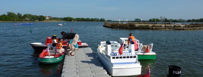 Faire un tour en mini bateau